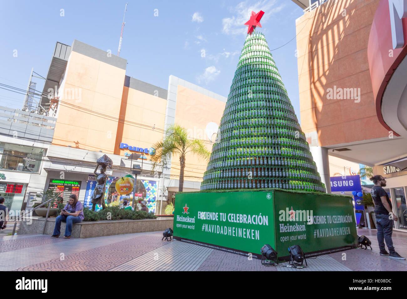 Albero Di Natale Heineken.Asuncion In Paraguay 16 Dicembre 2016 Un Albero Di Natale Fatto Di Bottiglie Di Birra E Visibile Durante Il Pomeriggio Di Sole Di Fronte Al Centro Commerciale Ad Asuncion In Paraguay C