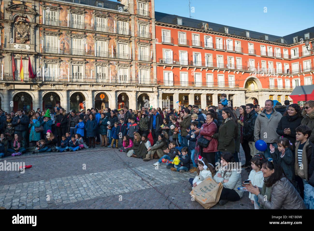 La folla si riuniscono per vedere un animatore di strada a Plaza Mayor, Madrid, Spagna. Immagini Stock