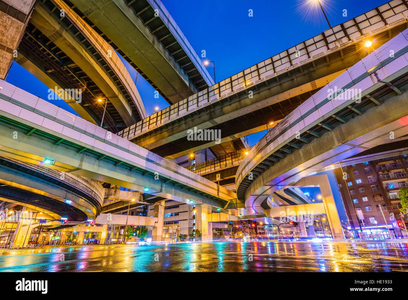 Autostrade sopraelevate e strade di Osaka in Giappone. Immagini Stock