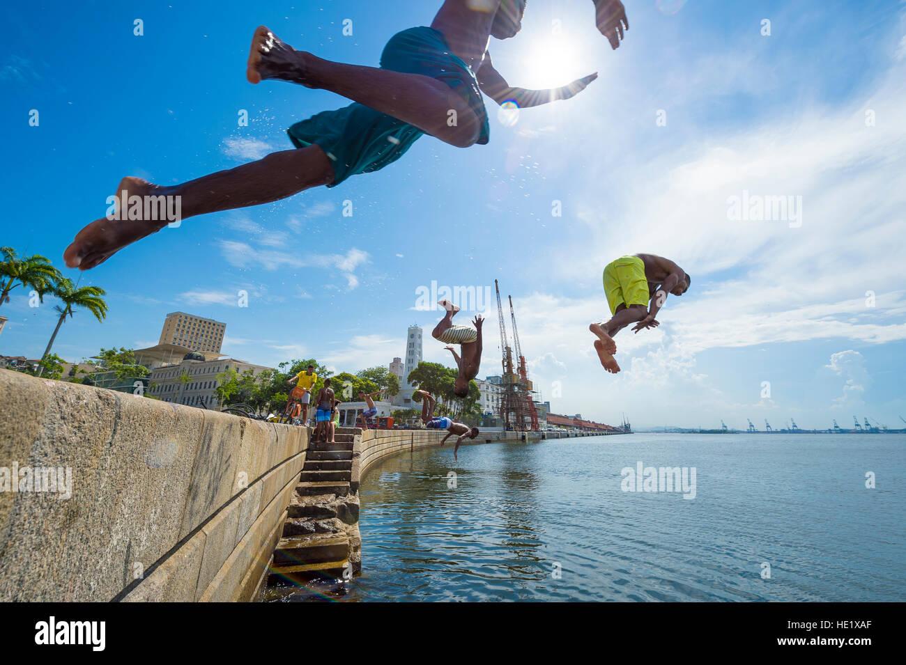 RIO DE JANEIRO - Febbraio 25, 2016: i giovani brasiliani salto nella baia di Guanabara dalla parete di Maua Plaza Immagini Stock