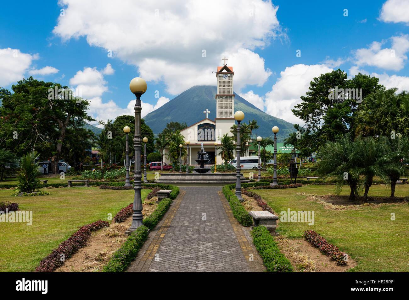 La Fortuna, Costa Rica - 31 Marzo 2014: veduta della città di La Fortuna in Costa Rica con il Vulcano Arenal Immagini Stock