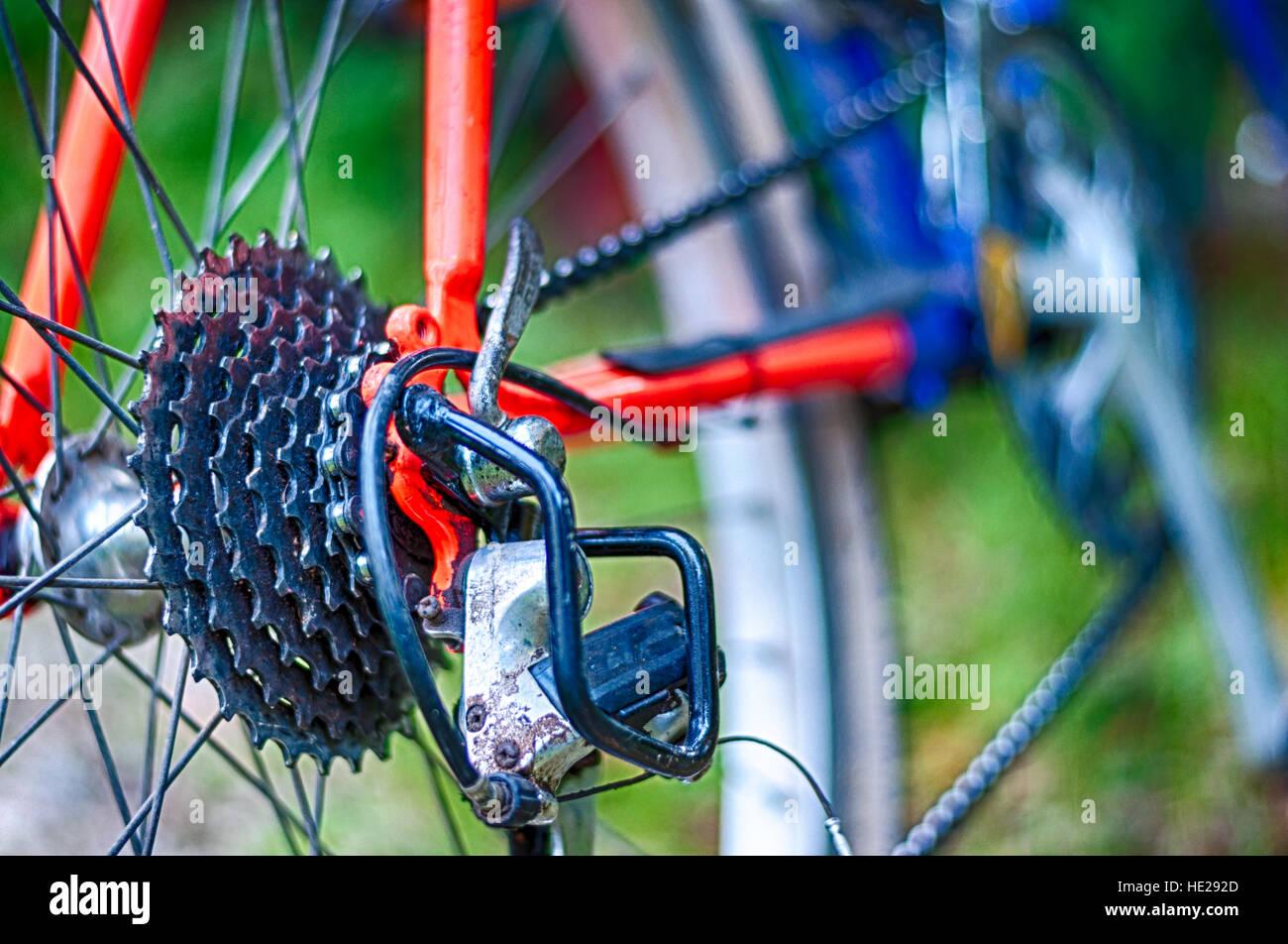 Primo piano della mountain bike nel centro del paese Immagini Stock