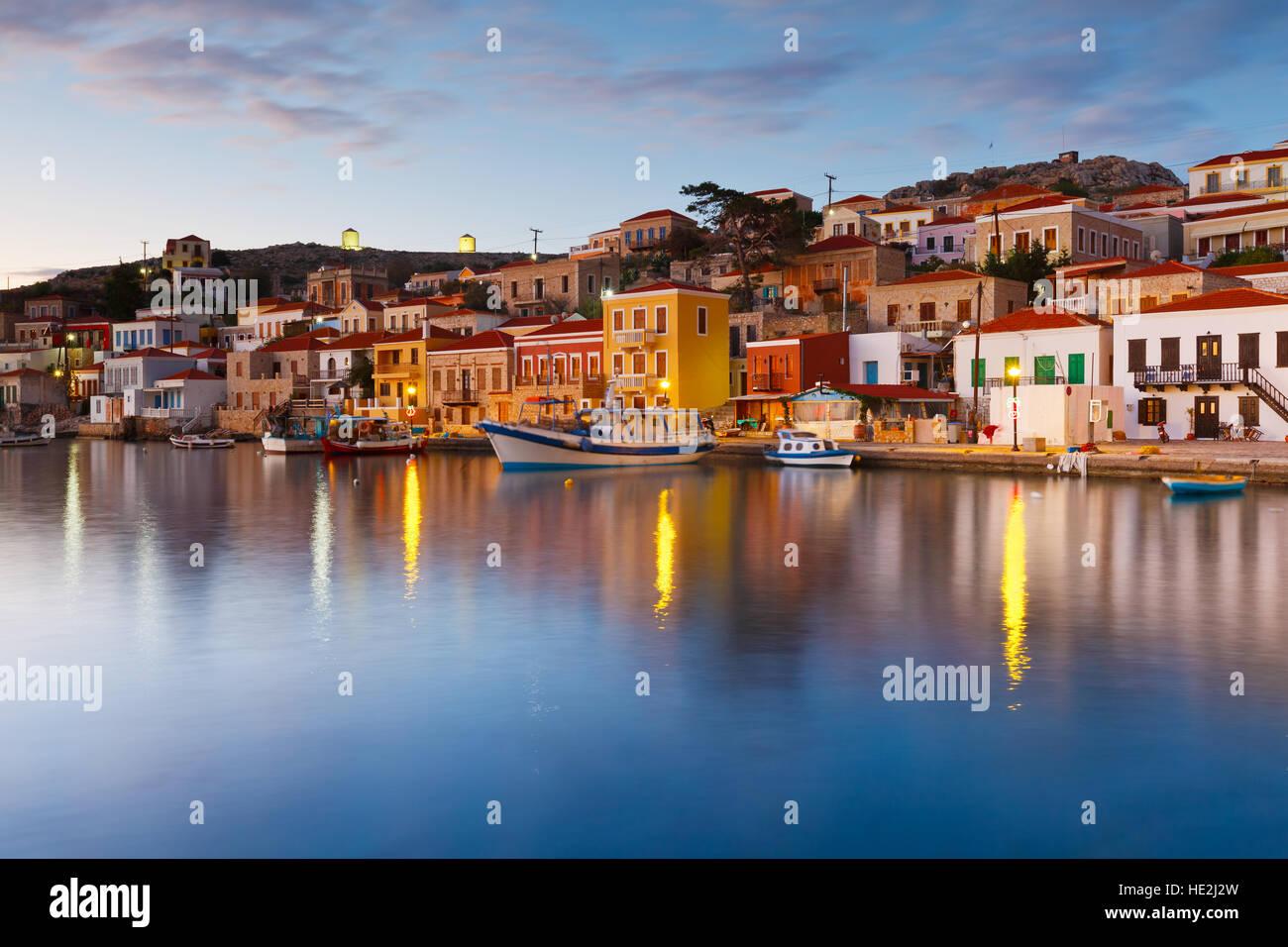 Vista del villaggio di Halki e il suo porto, Grecia. Immagini Stock