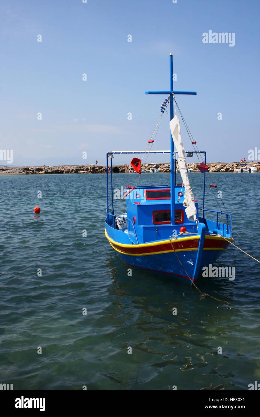 Piccole colorate barche da pesca con motore entrobordo usati per le aragoste e i granchi etc ormeggiata in un porto Immagini Stock
