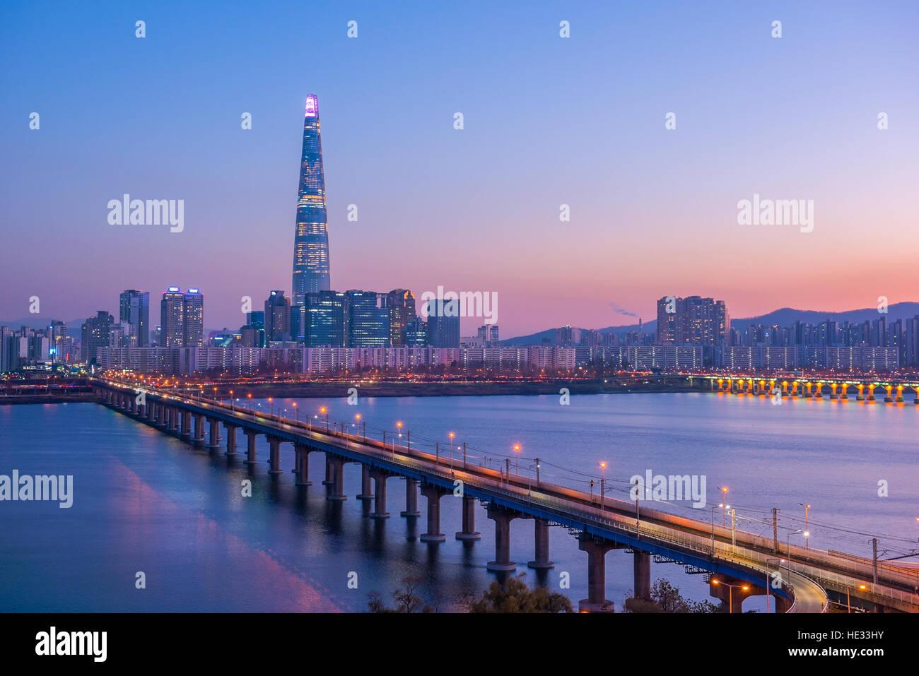 Seoul alla metropolitana e lotte Torre di notte, Corea del Sud Immagini Stock