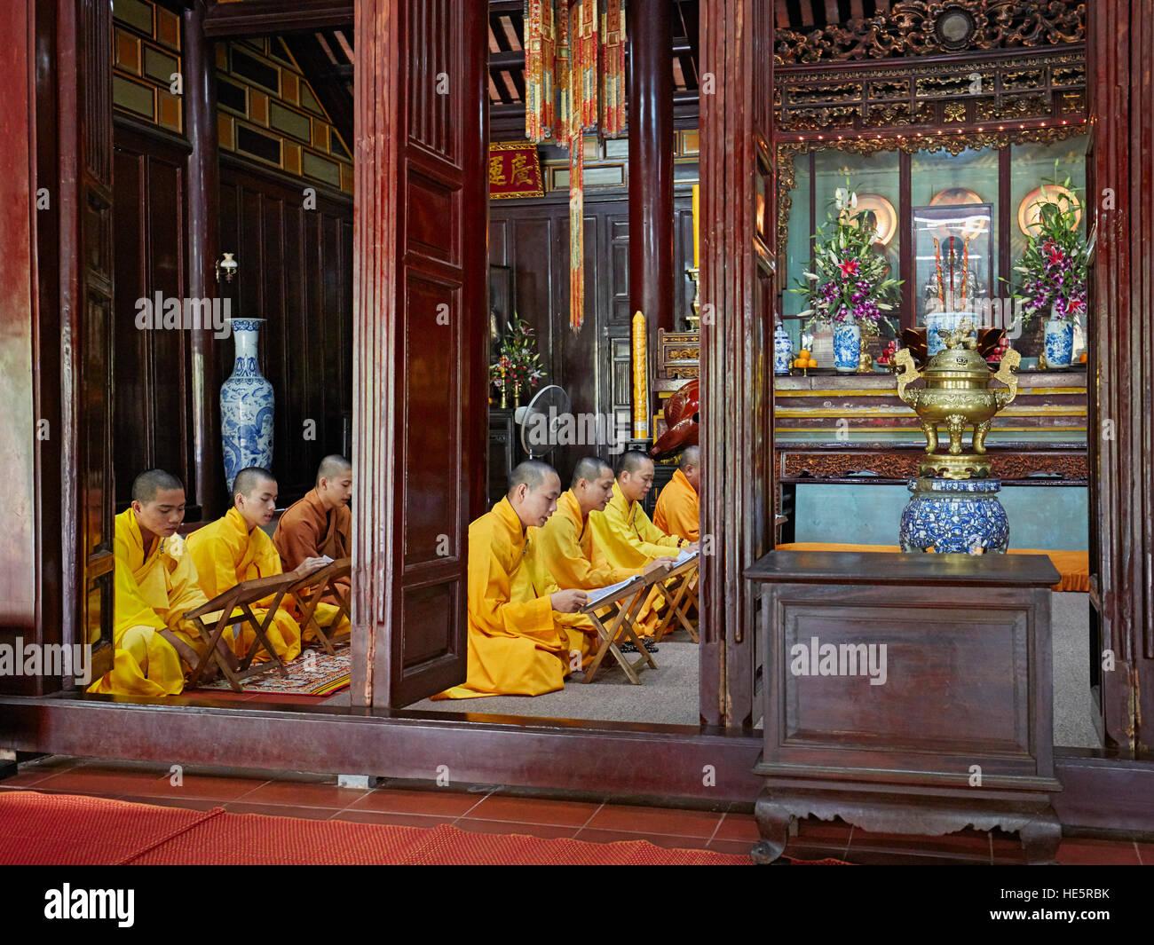I monaci buddisti alla preghiera del mattino. Thien Mu Pagoda, tonalità, Vietnam. Immagini Stock
