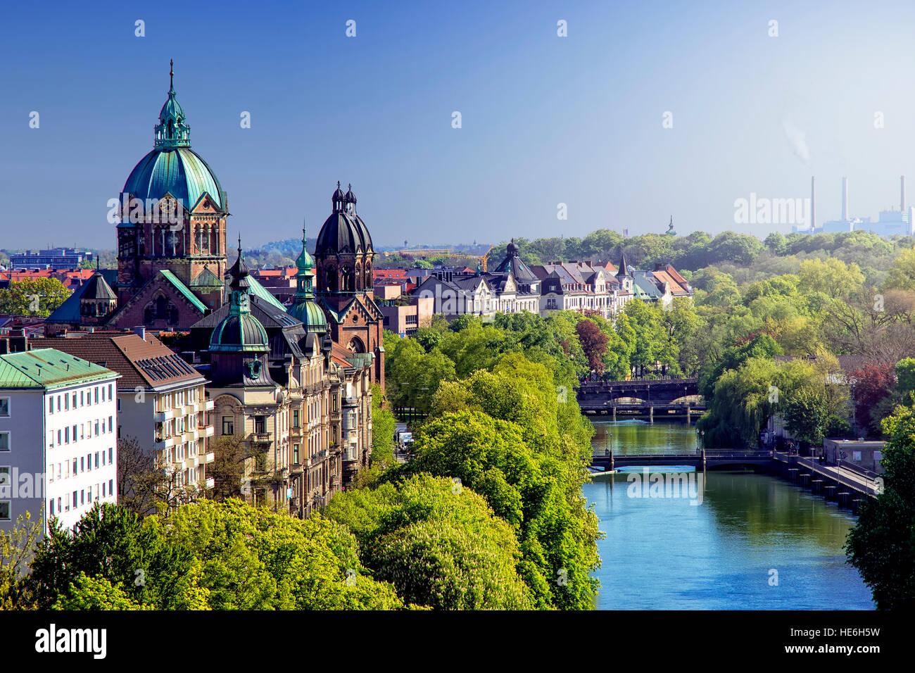 Lo skyline di Monaco di Baviera e il fiume Isar Immagini Stock
