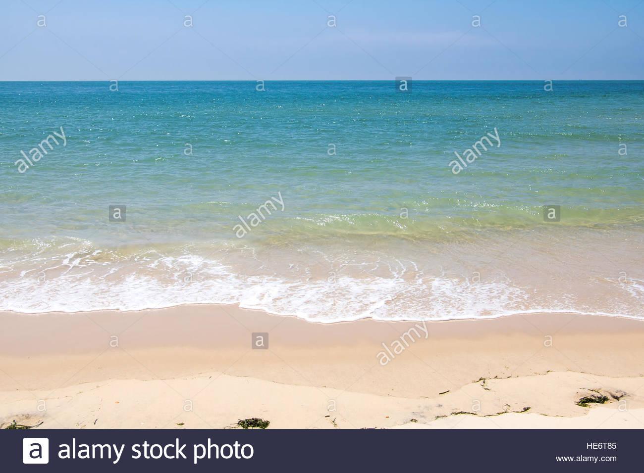 Alla moda di vacanza estiva, destinazione mediterranea francese spiaggia sabbiosa bellissima natura vacanza sulla Immagini Stock