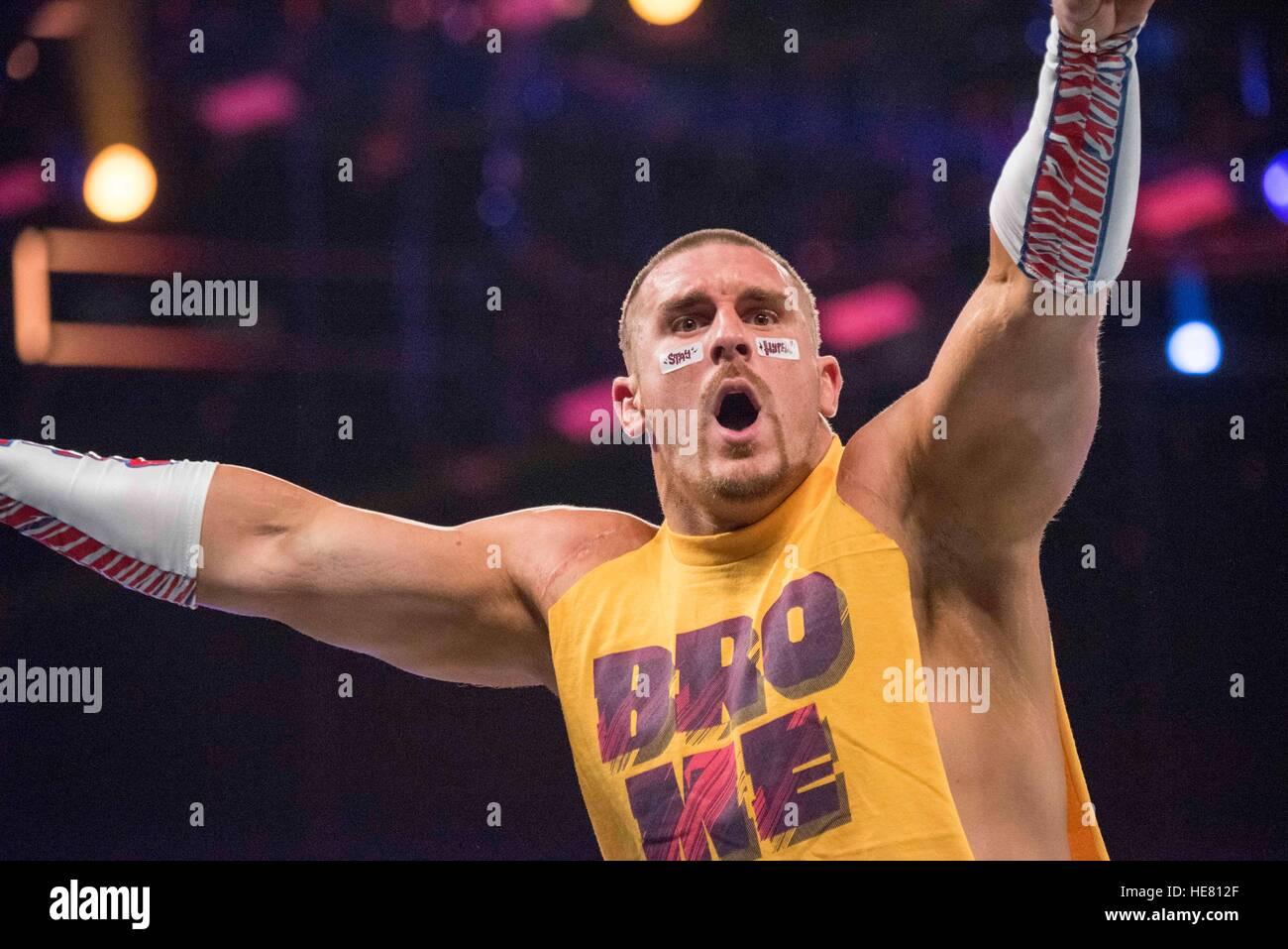 Gli artisti interpreti o esecutori di WWE partecipare a un match wrestling al XIV tributo annuale per le truppe Immagini Stock