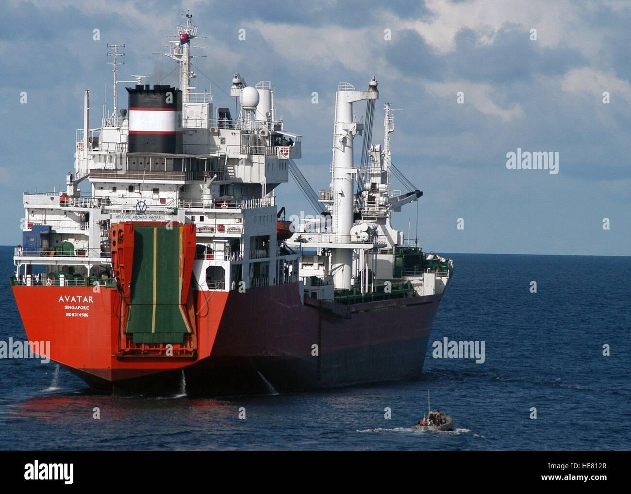 Stati Uniti i marinai a bordo di una rigida-scafo gommone approccio il mercante di Singapore nave avatar durante Immagini Stock
