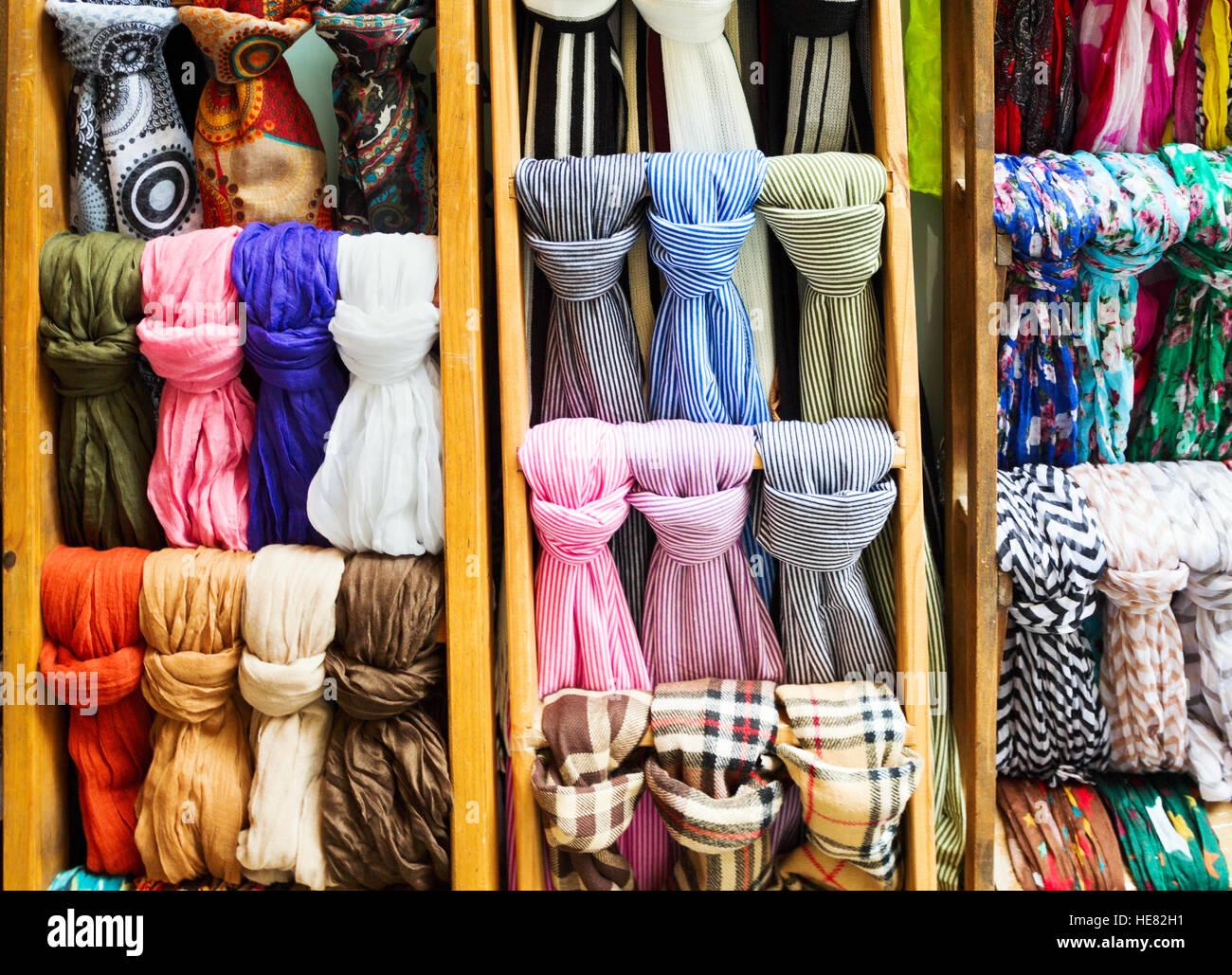 73a4909551aa50 Collezione di sciarpe colorate nella vetrina di un negozio Foto ...