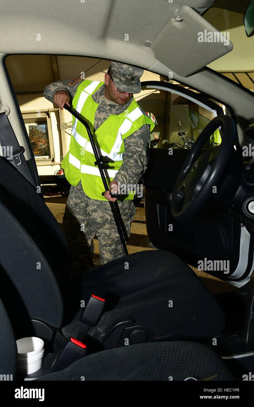 Stati Uniti Esercito Pvt. Buddie Horvath, una specialista di carico con la 149Transportation Company, esamina la Immagini Stock