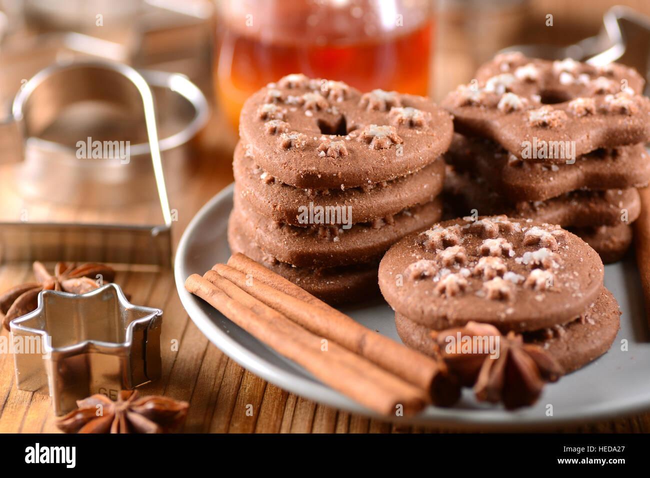 In casa biscotti al cioccolato con ingredienti intorno Immagini Stock