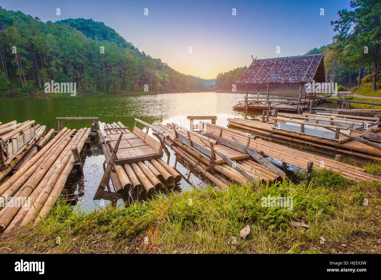 Il bambù rafting sul fiume in Pang Oung park Mae Hong Son provincia : Thailandia Immagini Stock