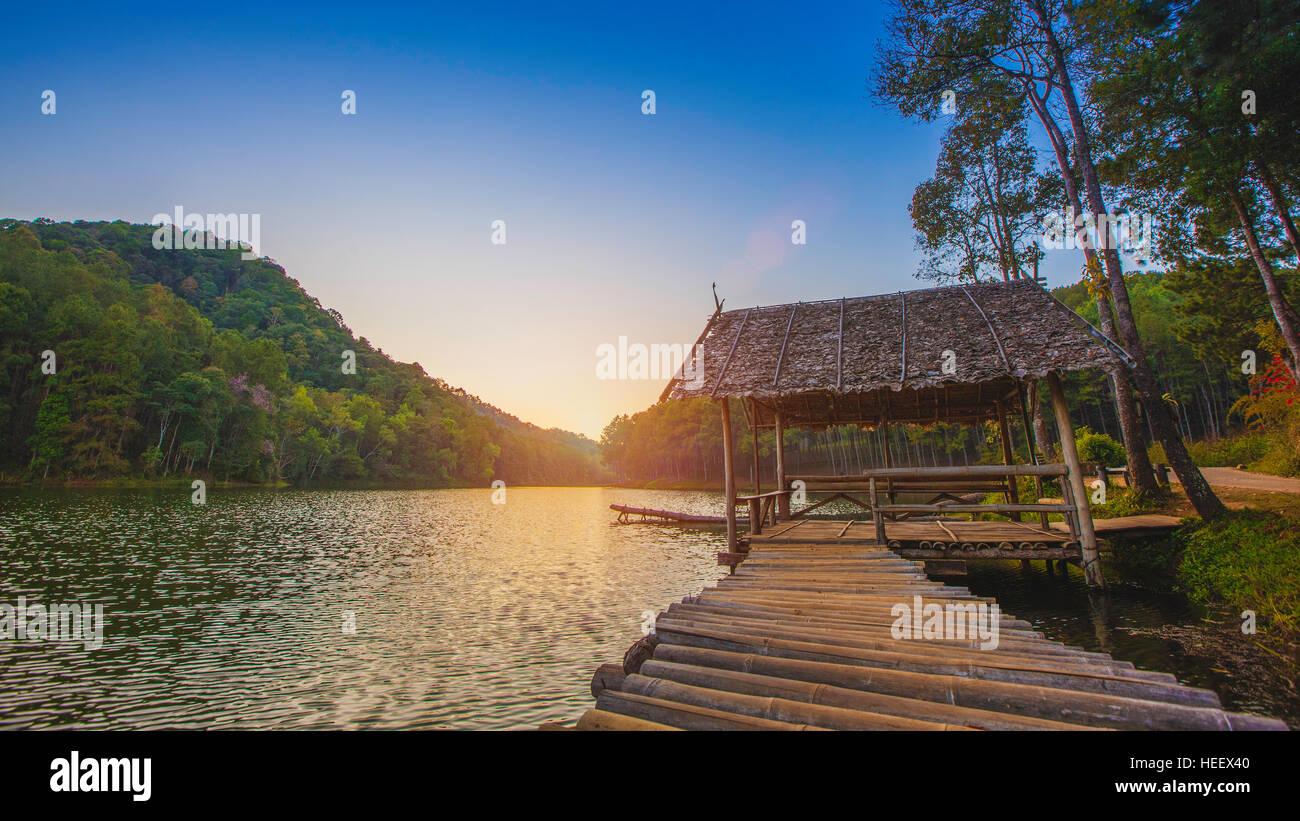 Zattera di bambù nel lago / Pang- Oung Thailandia national park ,Mae Hong Son ,Thailandia Immagini Stock