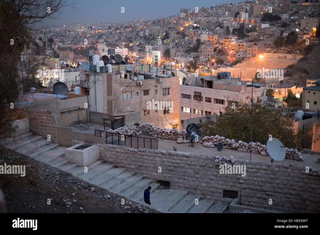 Notturno di scena di strada in Amman, Giordania che mostra l'antico anfiteatro romano. Immagini Stock