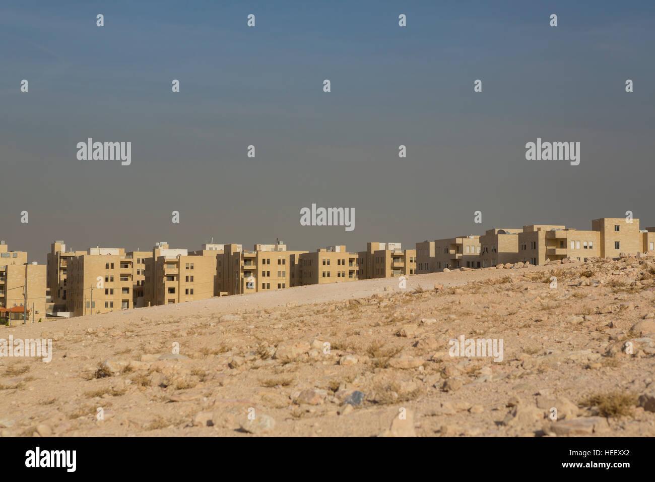 Scena cittadina che mostra architettura Giordano nella tentacolare Zarqa, Giordania. Immagini Stock