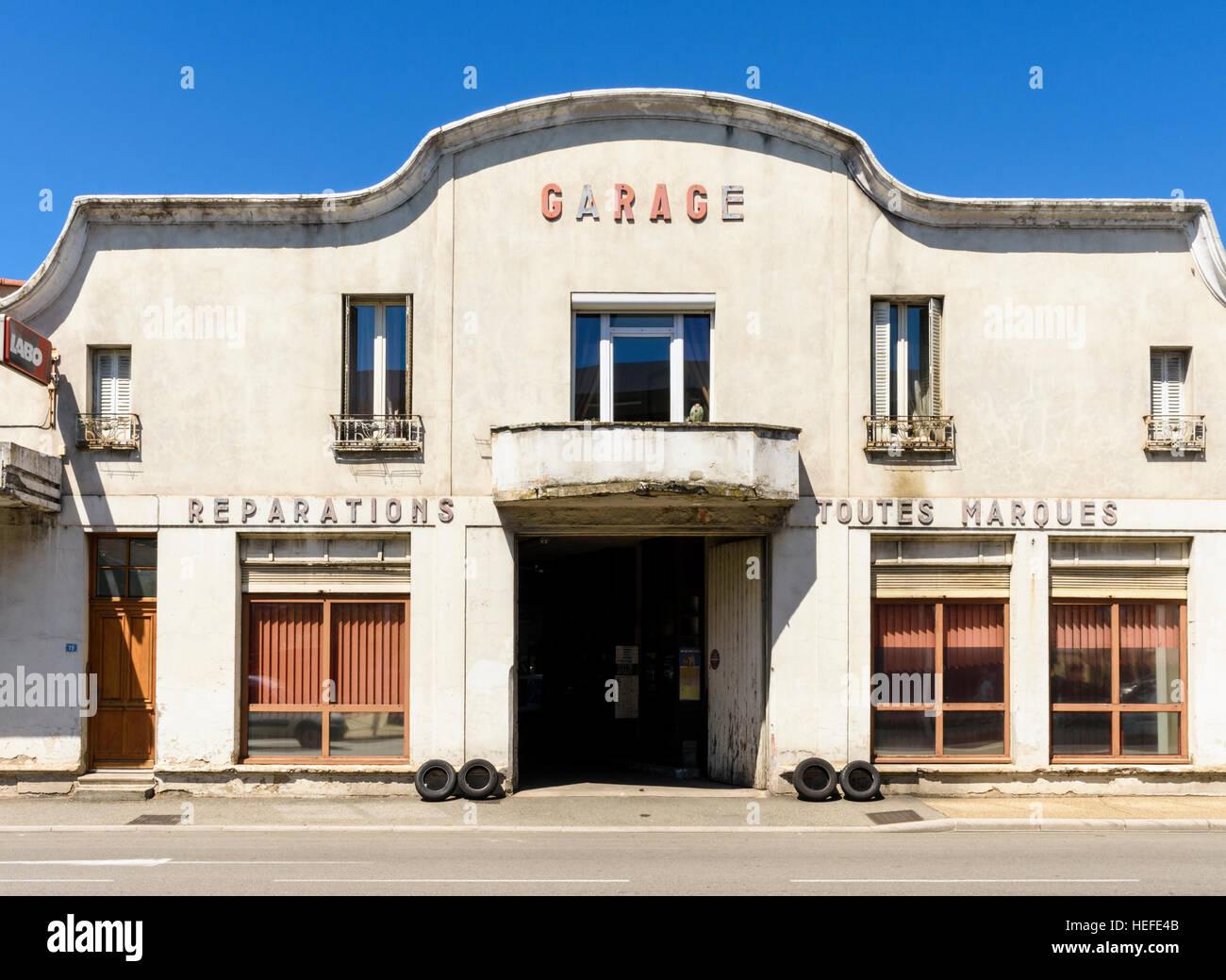 Il vecchio negozio di riparazioni auto garage a Tain-l'Hermitage, Drôme, Auvergne-Rhône-Alpes, Francia Immagini Stock