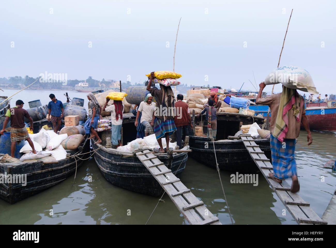 Khulna: porto sul fiume Bhairab, portapacchi con sacchi, Khulna Division, Bangladesh Immagini Stock