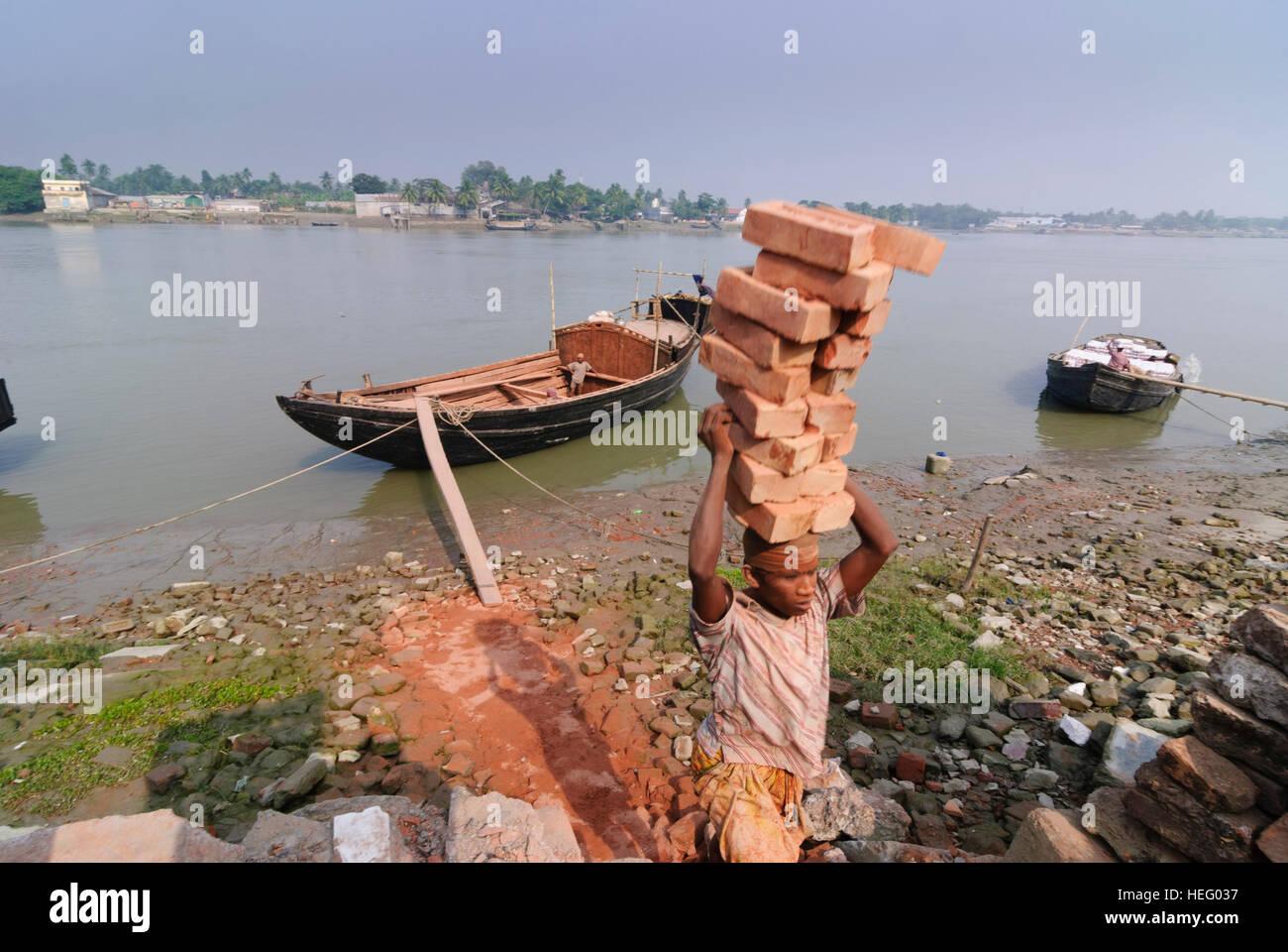 Khulna: porto di Fiume Bhairab, barca, uomini, carichi di bearer, Khulna Division, Bangladesh Immagini Stock