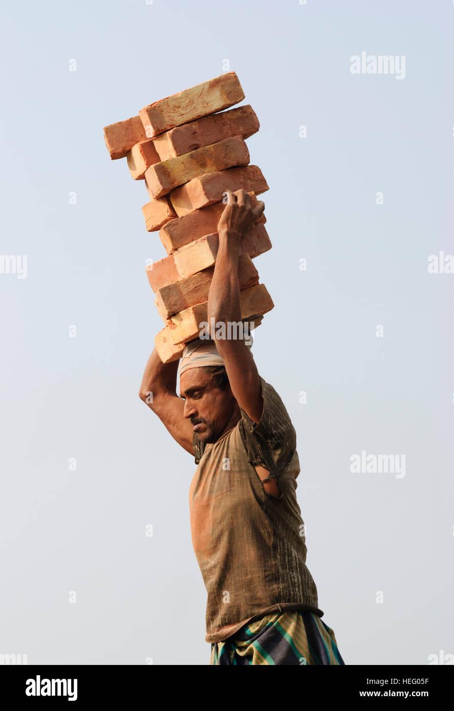 Khulna: carichi portatore di mattoni, pietre, l'uomo, Khulna Division, Bangladesh Immagini Stock