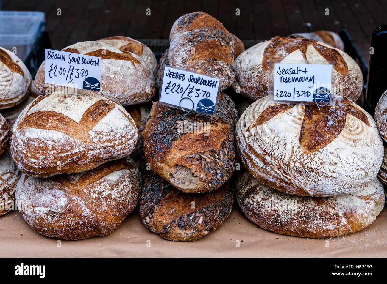 Le pagnotte di pane disponibile in un mercato degli agricoltori, Lewes, Sussex, Regno Unito Foto Stock