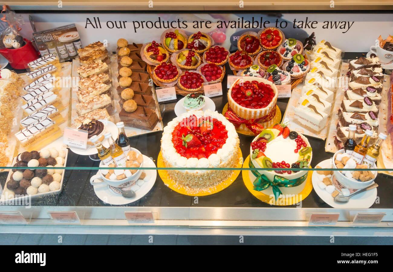 La finestra di visualizzazione di torte presso il Café Patisserie Valerie in Middlesbrough Immagini Stock