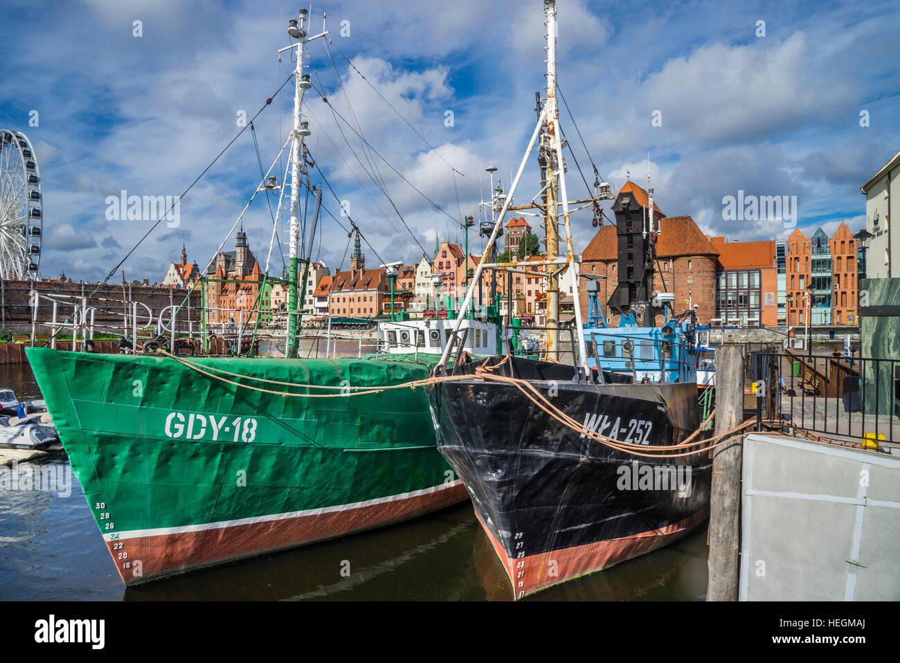 Polonia, Pomerania, Gdansk (Danzica), vintage navi da pesca a Olowianka Isola (Bleihof) con vista del porto medievale Foto Stock