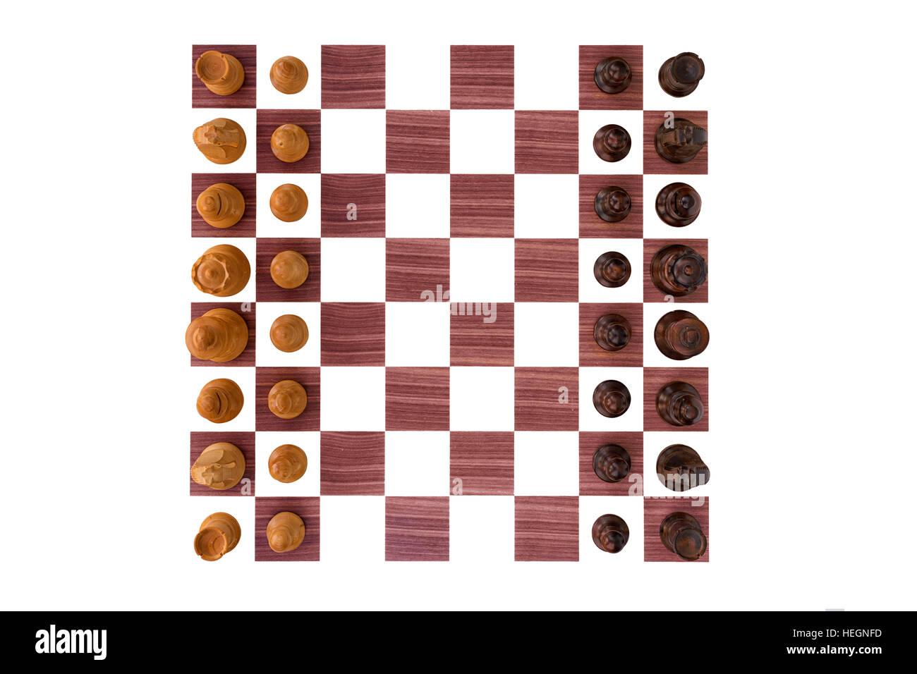 Scacchiera di legno di bosso con tutti i pezzi su sfondo bianco Immagini Stock