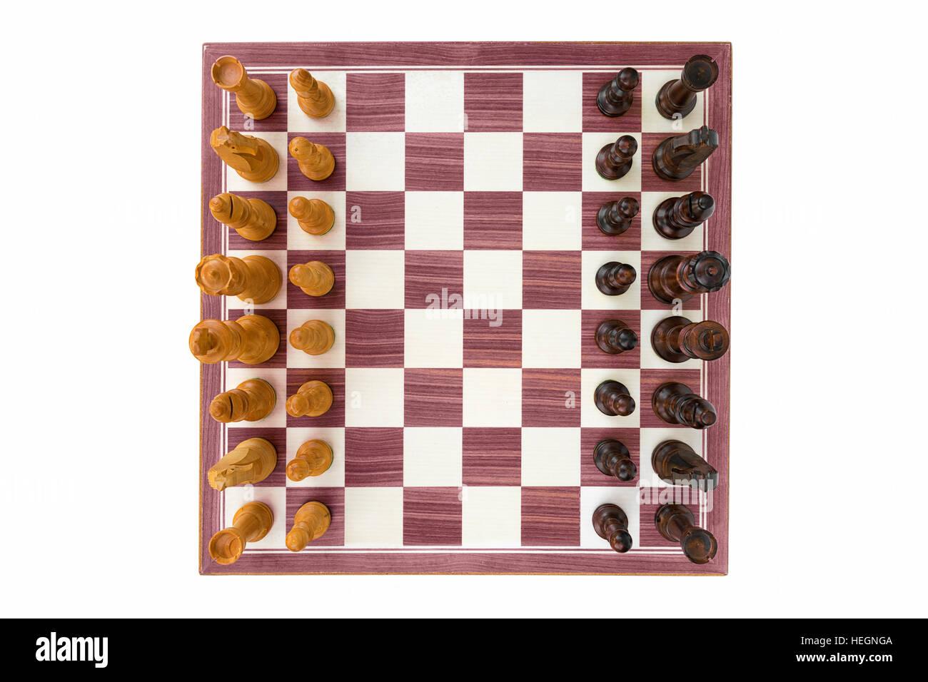 Scacchiera di legno di bosso con tutti i pezzi su sfondo bianco ampia angolazione Immagini Stock