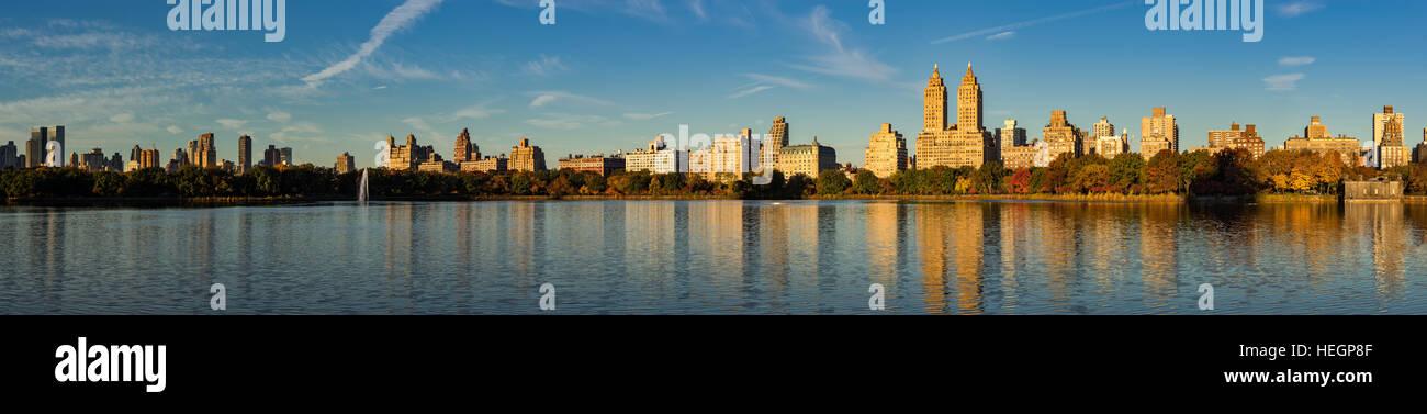 La mattina presto vista panoramica di Jacqueline Kennedy Onassis serbatoio e Central Park. Upper West Side in autunno, Immagini Stock