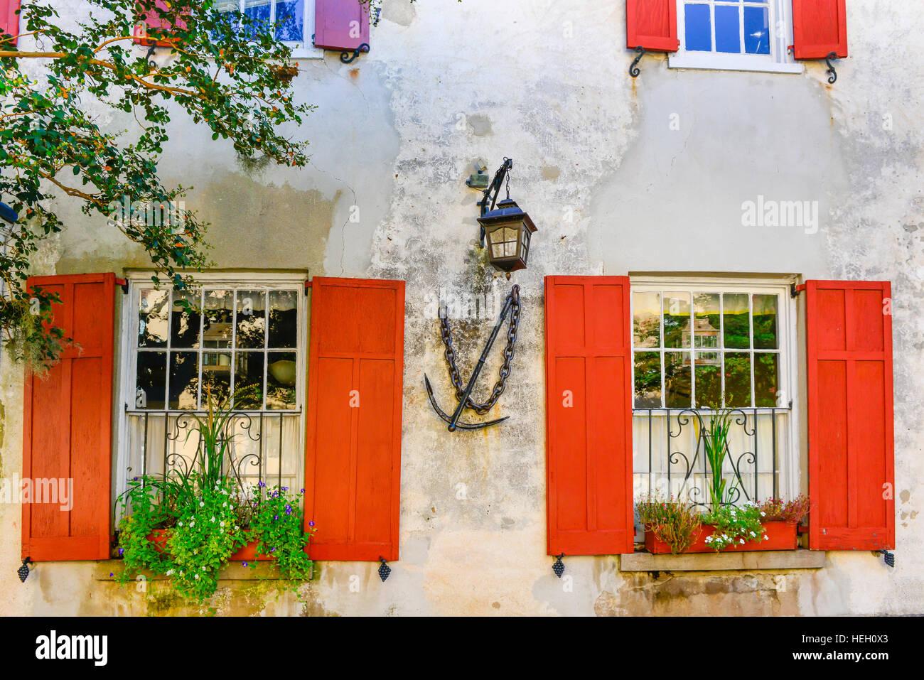 Fioriere Per Persiane ~ Dettagli architettonici della casa dei pirati con persiane rosse