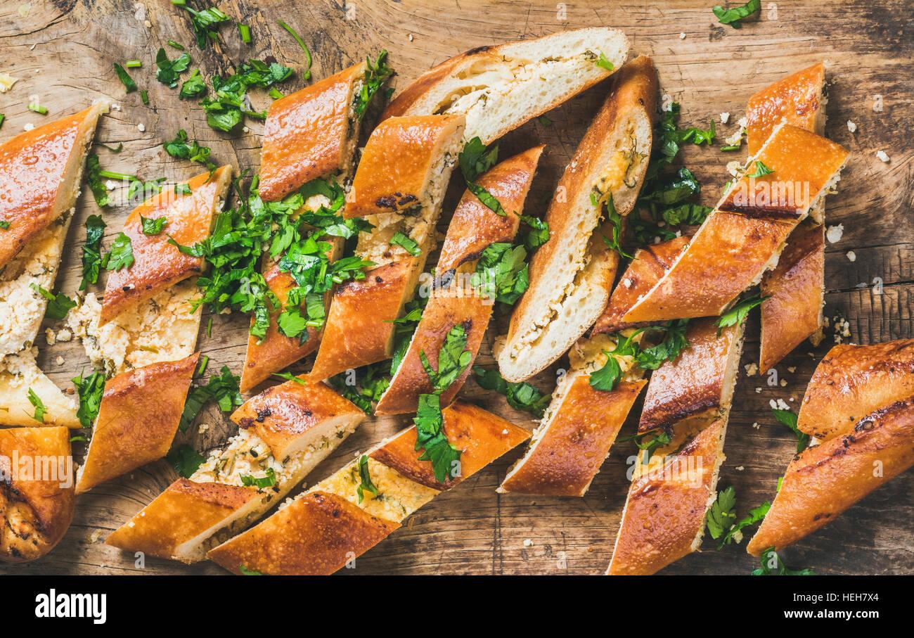 Close-up di Bagno Turco oriental pizza pide con formaggio e spinaci tagliate a fettine su legno rustico sfondo, Immagini Stock