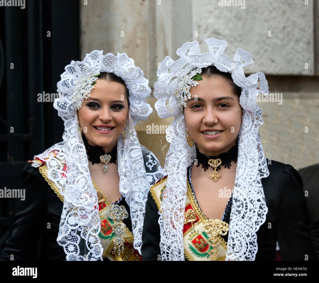 Ragazze in Spagna in costume tradizionale compresi i pizzi mantilla velo o scialle durante Las Fallas o Falles festival Immagini Stock