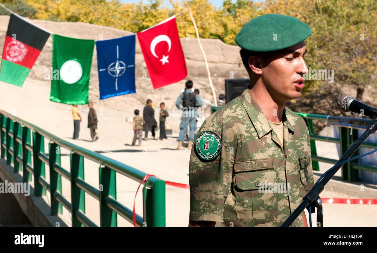 Un bagno turco servicemember canta linee dal corano per lo scià