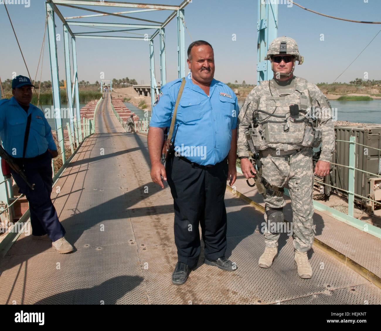 Najee Hamed, un supervisore per la polizia irachena a guardia della Saqlawiya ponte e sulla costruzione di un nuovo Immagini Stock