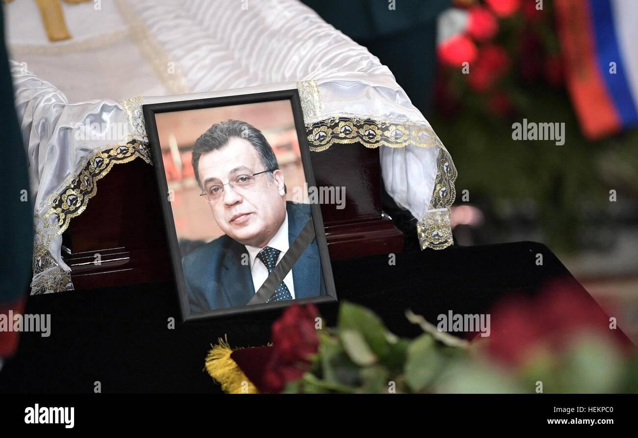 Mosca, Russia. 22 Dic, 2016. Una foto di ambasciatore russo alla Turchia Andrei Karlov durante il memoriale di servizio Immagini Stock