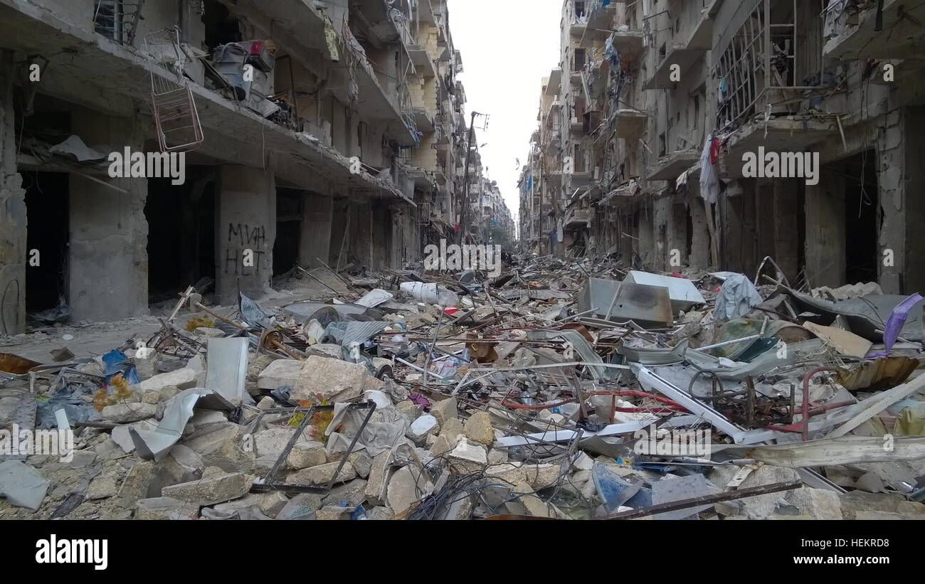 Aleppo, Siria. 23 Dic, 2016. Ragazzi nel quartiere di Karm al-Miasar nella parte orientale di Aleppo. La Russia Immagini Stock