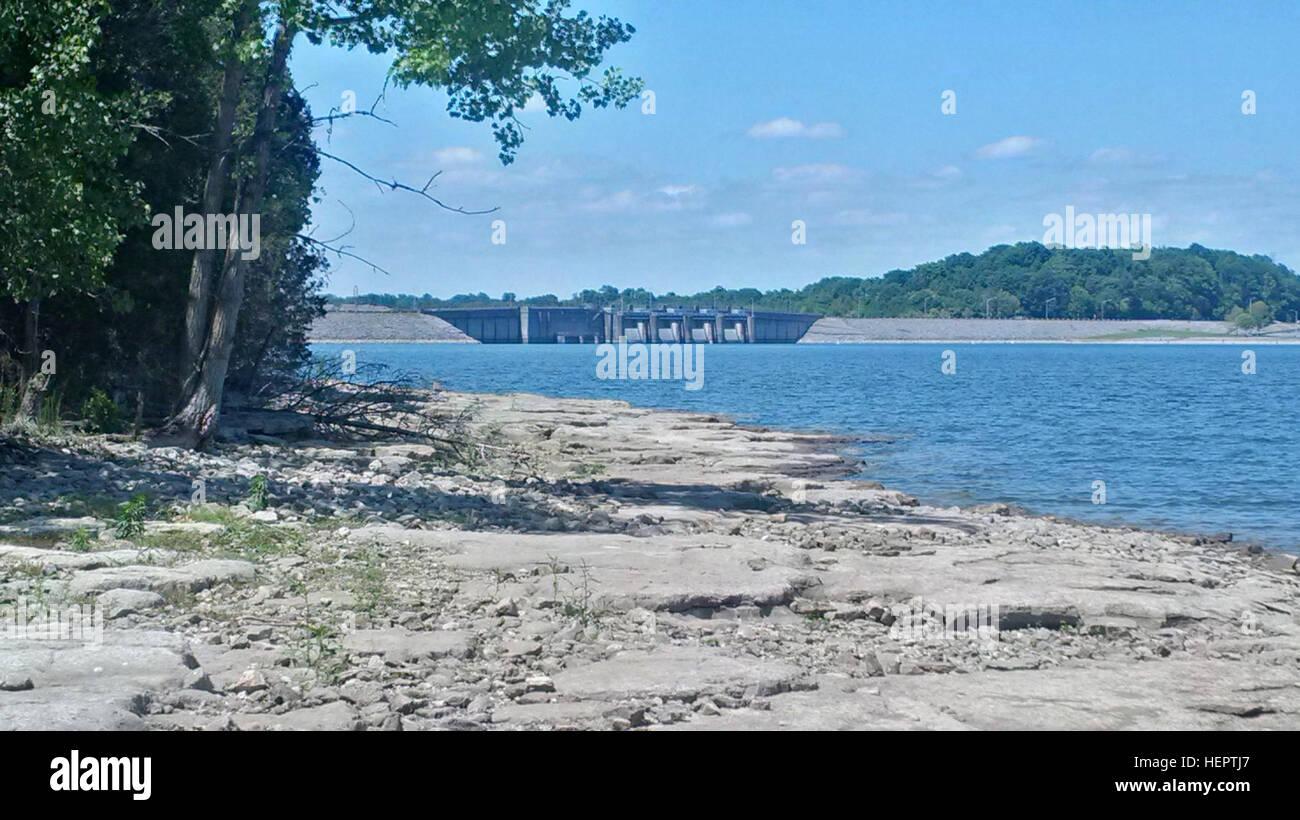 Questo è il litorale a J. Percy Priest Lake e Dam. Il livello del lago è di circa tre piedi al di sotto Immagini Stock