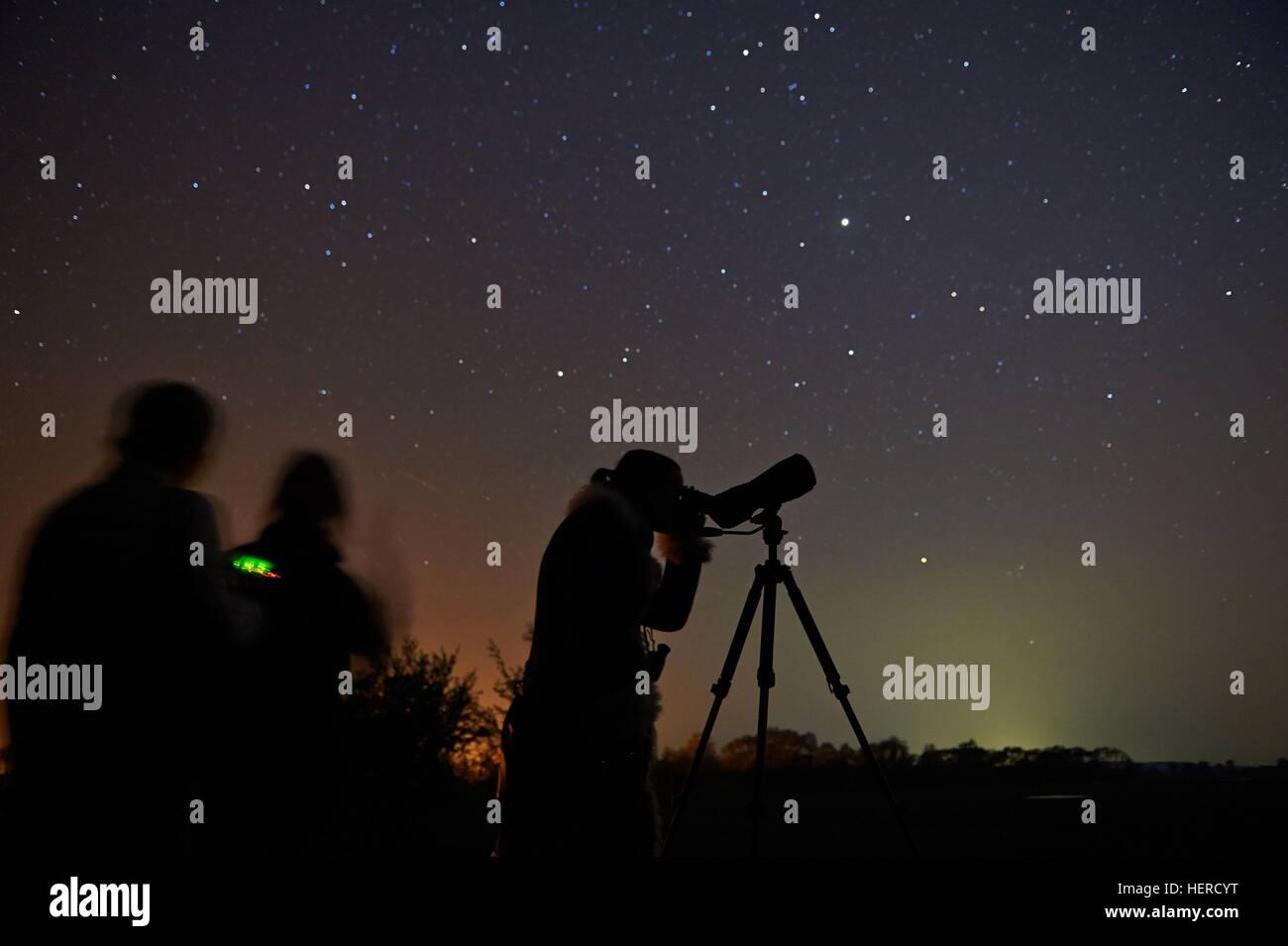 Brandeburgo, Gülpe, Personen beobachten Sternenhimmel, AM 12. Februar wurde dem Westhavelland Naturpark Immagini Stock