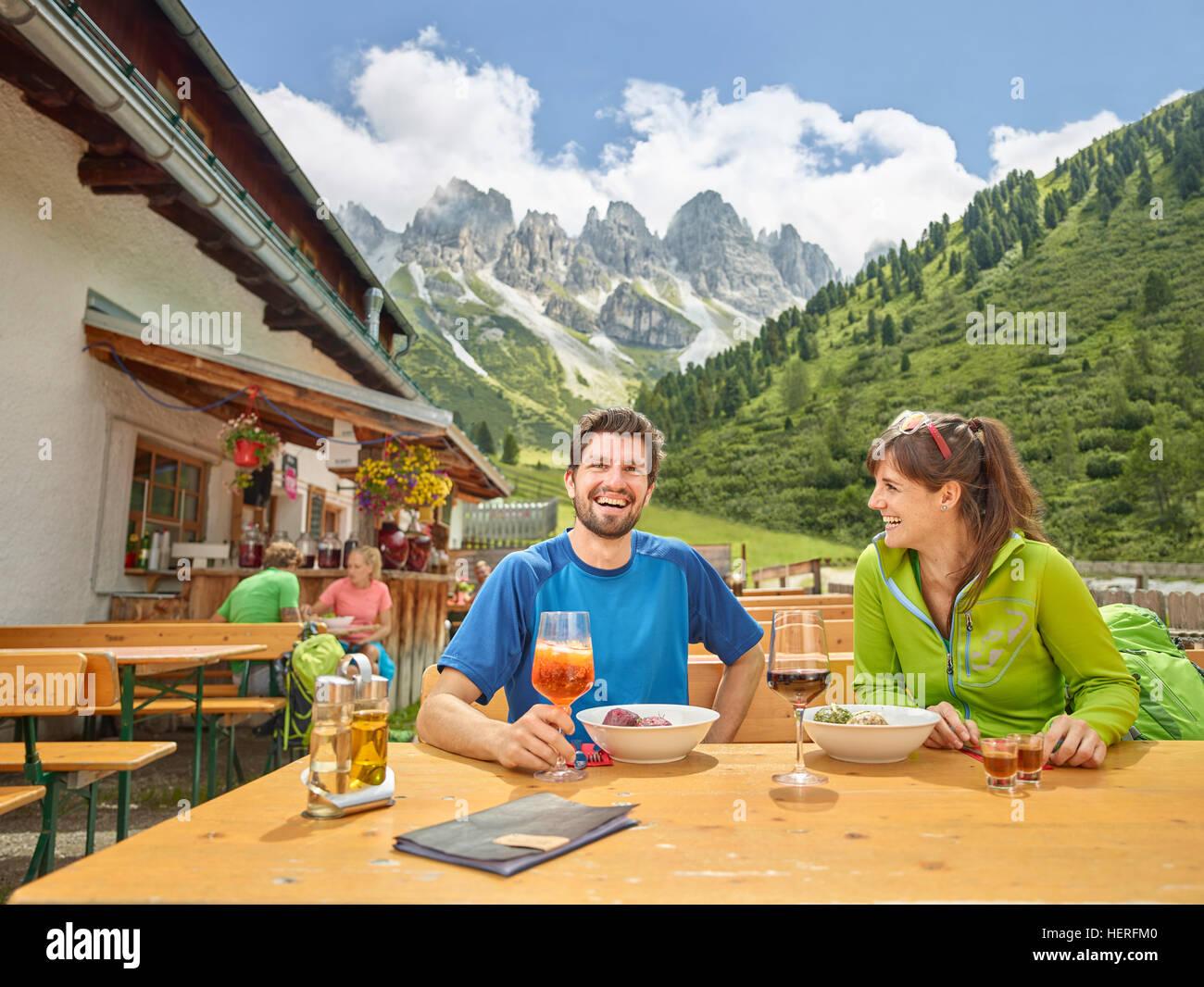 Gli escursionisti prendendo pausa al rifugio, Kalkkögel, Tirolo, Austria Immagini Stock