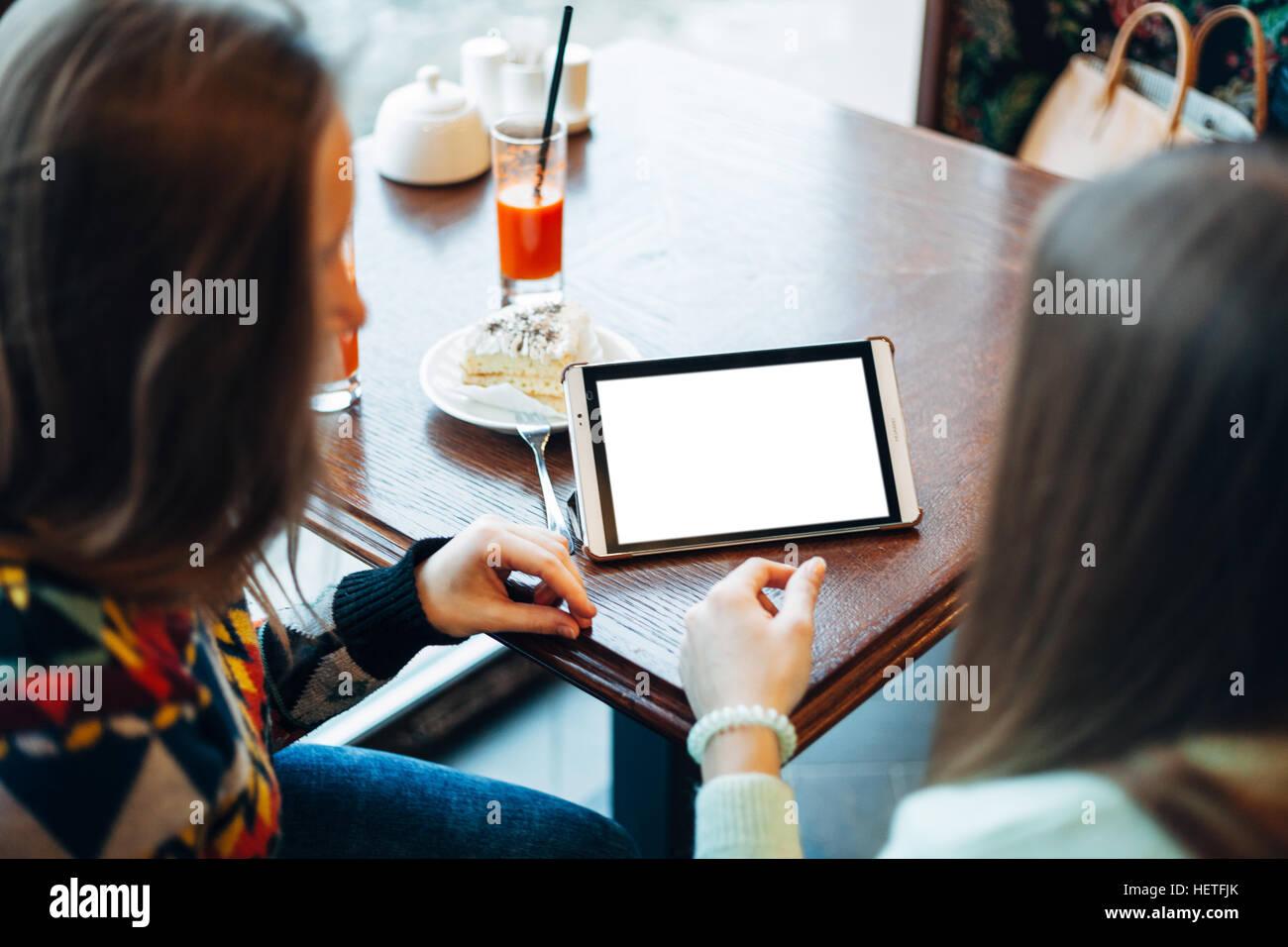 Selfie ragazze in cafe Immagini Stock
