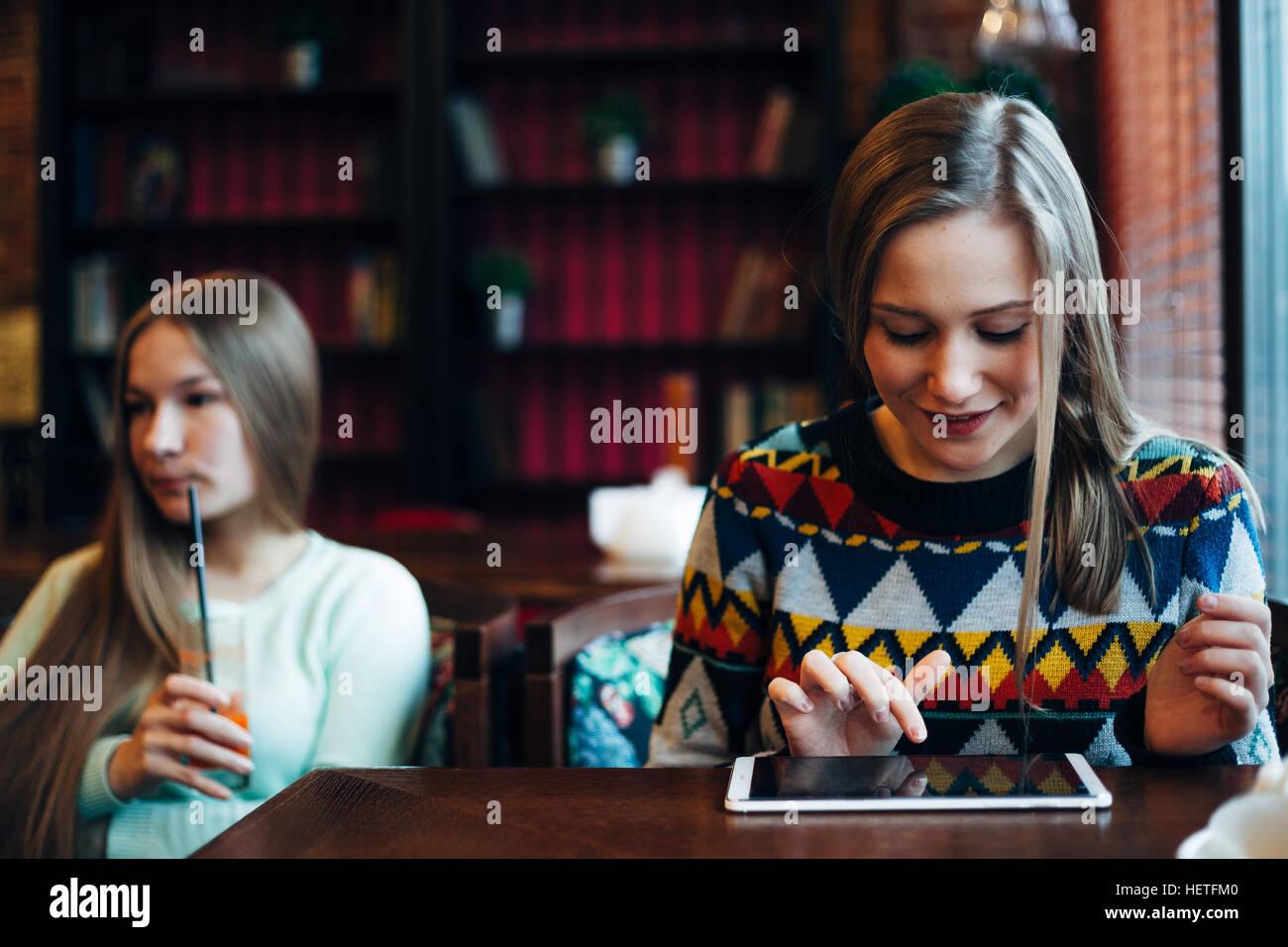 Ragazza amici comunicare in un cafe Immagini Stock