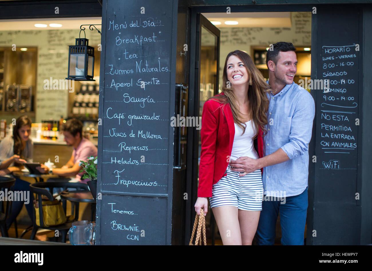 Coppia romantica lasciando cafe Immagini Stock