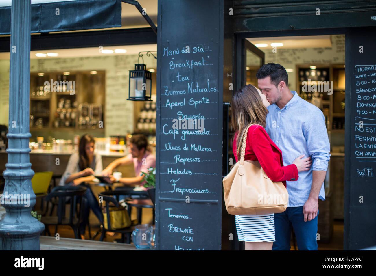 Coppia romantica baciare fuori cafe Immagini Stock