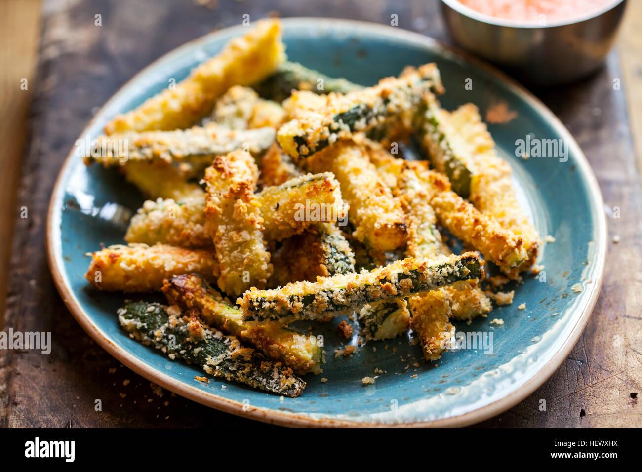 Gli incendi di zucchine arrosto con pepe e salsa di pomodoro Immagini Stock