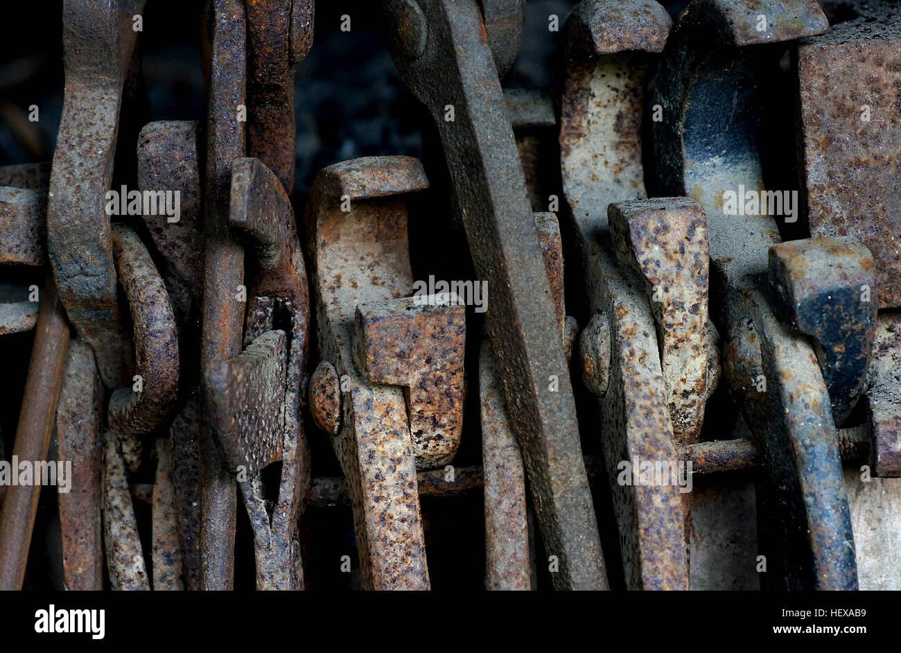 Un Fabbro E Un Metalsmith Che Crea Oggetti Di Ferro Battuto O