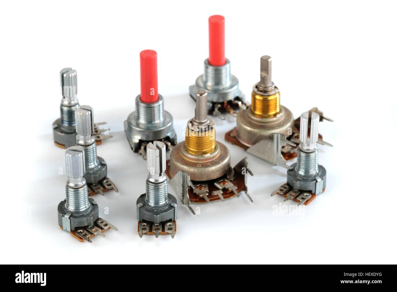 Potenziometro resistori variabili contro uno sfondo bianco. Immagini Stock