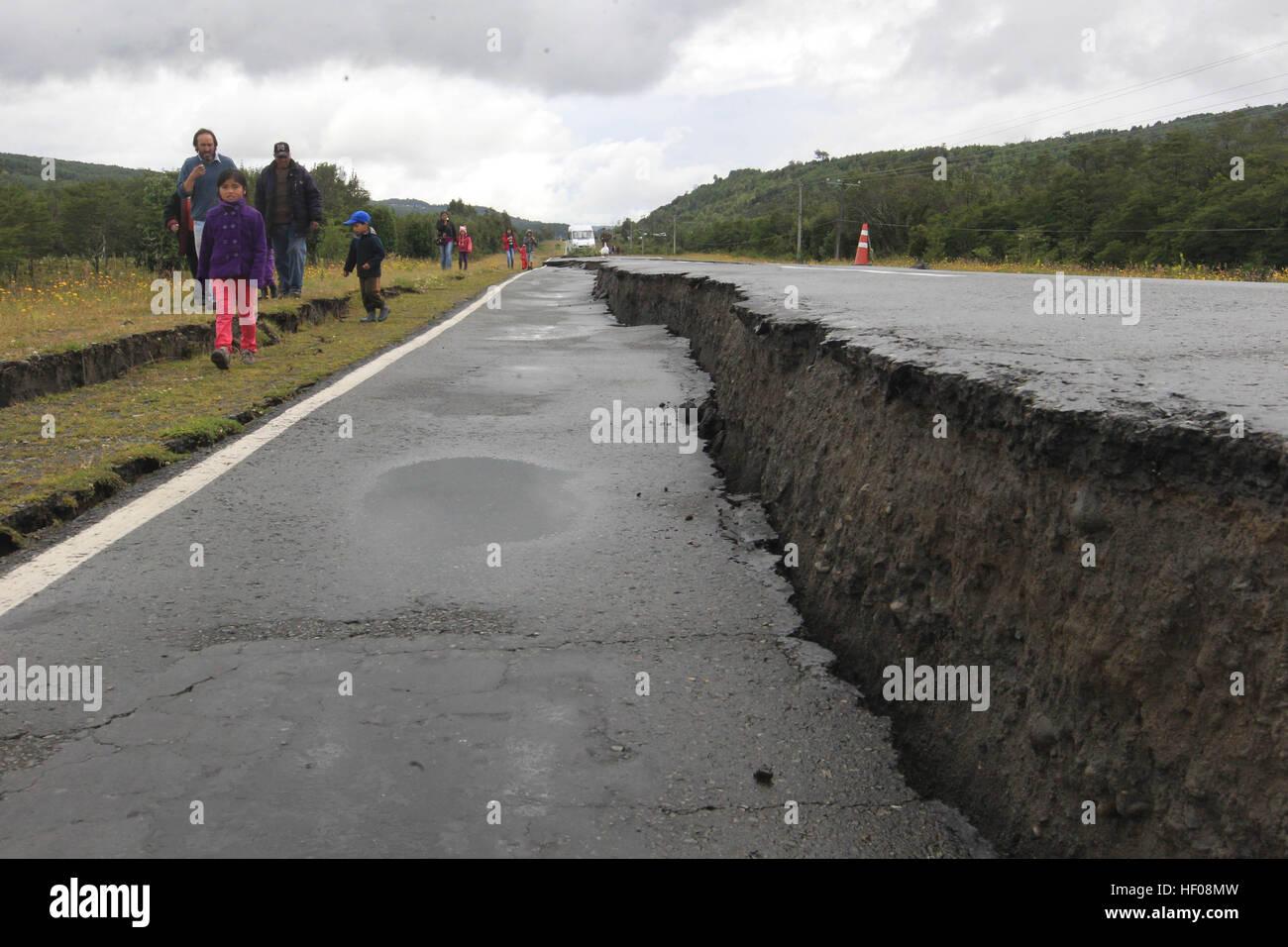 Provincia di Chiloe, Cile. 25 dicembre, 2016. Foto scattata a Dic. 25, 2016 mostra una strada danneggiata da un Immagini Stock