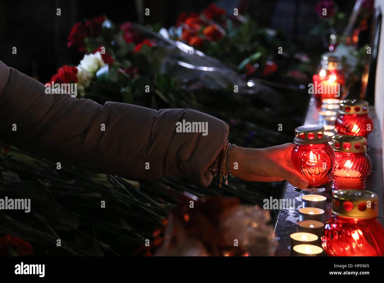 Mosca, Russia. 25 dicembre, 2016. La gente pone candele vicino Alexandrov Hall, una sala prove di ensemble di Alexandrov, Immagini Stock